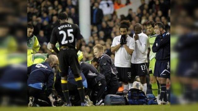 El jugador del Bolton Fabrice Muamba se desploma en el campo en pleno partido
