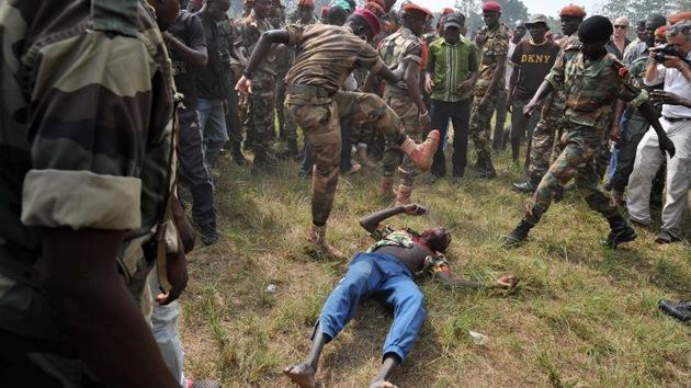 Horribles imágenes: soldados de la República Centroafricana linchan a un rebelde