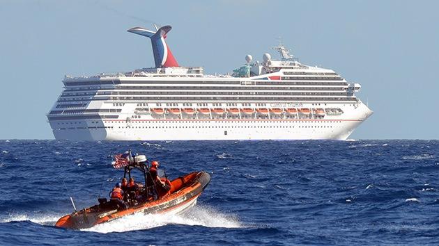 Los 4.200 pasajeros de un crucero a la deriva comienzan a disputarse la comida