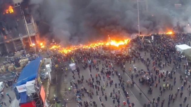 Video captado por un 'drone': Humo y fuego en la plaza de la Independencia de Kiev