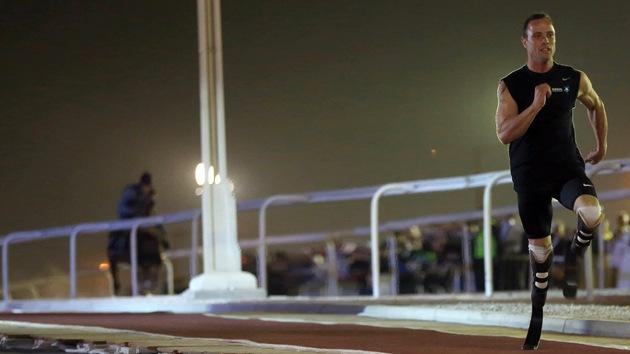 Video: 'El corredor de las cuchillas' Oscar Pistorius deja atrás a Maserati