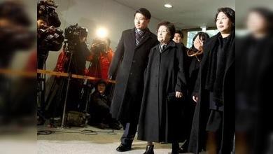 Dos surcoreanas logran acceder al féretro de Kim Yong-il