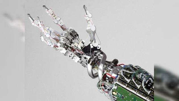 Crean una mano robótica a la vez 'superresitente' y 'superdelicada'