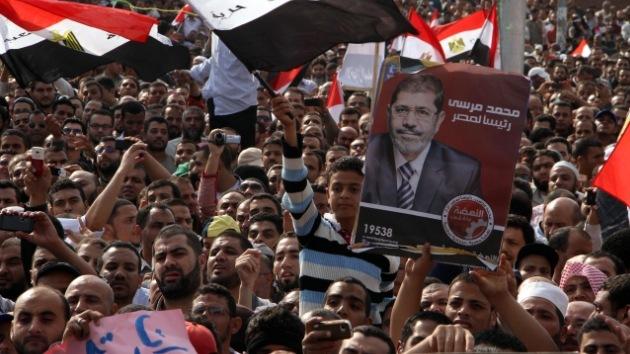 """Jueces egipcios tachan el decreto de Morsi de insólita """"agresión"""" contra su independencia"""