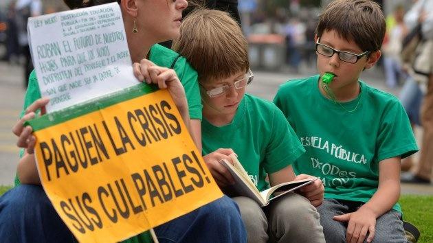 España: Intentan cobrar a niño de cinco años 17.000 euros tras el suicidio de su padre