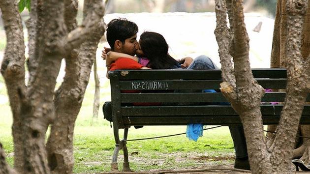 'Kiss Me': La vigilancia moral despierta un brote de besos en la India
