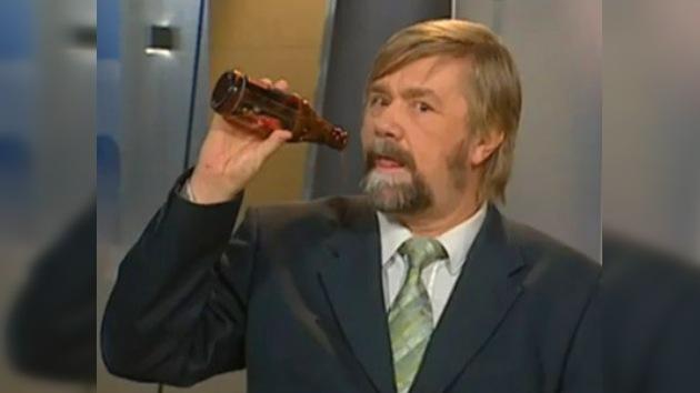 "Presentador finlandés despedido por ""tomar cerveza"" en vivo"