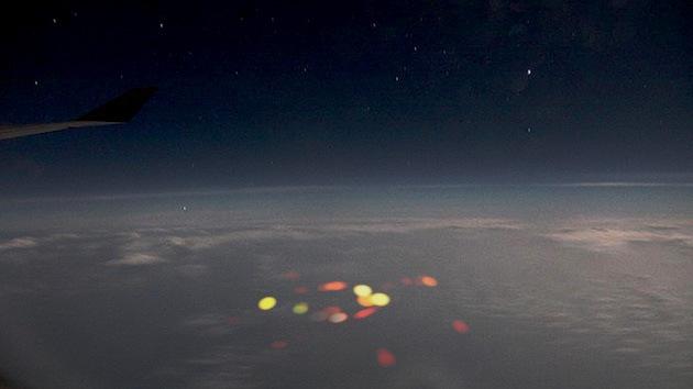 """Pilotos ven un """"aterrador"""" destello rojo en pleno vuelo sobre el océano Pacífico"""