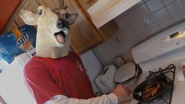 Encontrar la paz interior: Un hombre lleva cinco años usando una máscara de ciervo