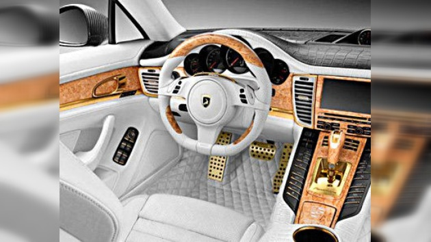 El Porsche Panamera ruge 'vestido' en oro y piel de cocodrilo