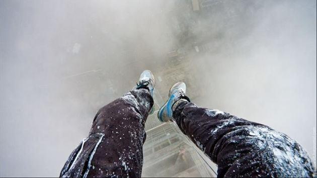 Sin miedo desde lo más alto: un joven 'hombre araña' conquista edificios con vistas increíbles