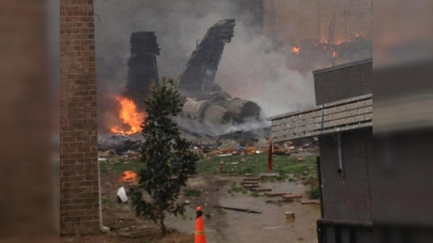 Fotos del accidente de un avión militar de EE.UU. en una zona residencial