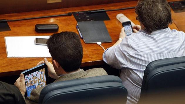 Multa de 300 euros para diputados españoles que jugaban en la Asamblea de Madrid