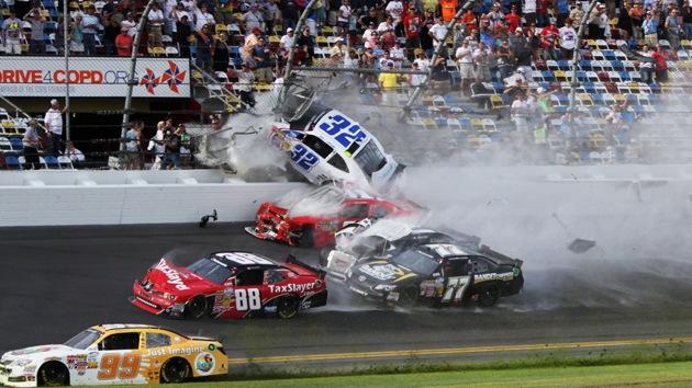 Vídeo, fotos: Decenas de espectadores heridos en un choque múltiple de NASCAR
