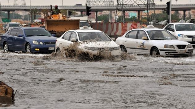 Video, fotos: La capital de Arabia Saudita, paralizada por unas inusuales inundaciones