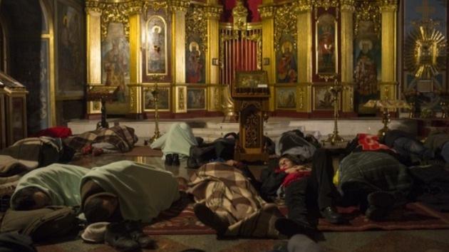 Los ucranianos duermen en monasterios y hacen fuego en las calles en su protesta antigubernamental