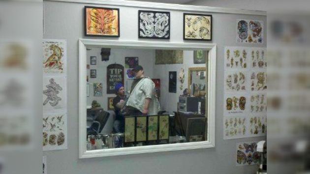 Con la fe a flor de piel: un cura de EE. UU. abre un estudio de tatuaje en su parroquia