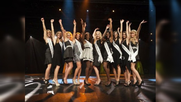 Tres candidatas se caen por la pasarela en el inicio de Miss Universo