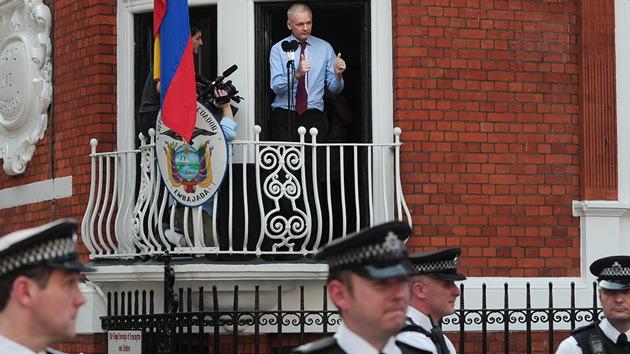 400 días de reclusión de Assange: teme ser envenenado y a veces duerme en el baño