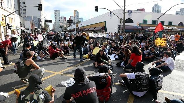 Videos: Policía brasileña usa balas de goma contra manifestantes opuestos al Mundial
