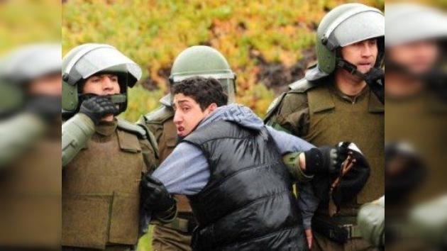 Choques entre estudiantes y policías enturbian una ceremonia encabezada por Piñera