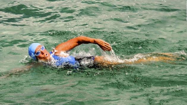 Una nadadora de 62 años intenta nadar de Cuba a Florida entre medusas y tiburones