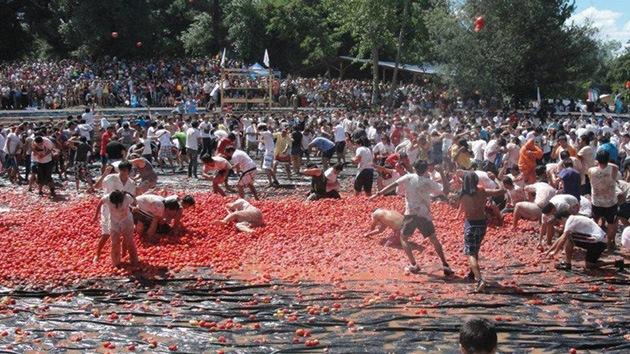 Video, fotos: 'La guerra del tomate' tiñe de rojo una localidad chilena
