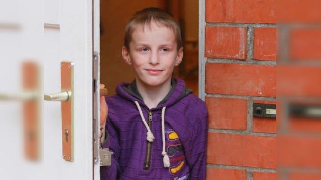 La madre adoptiva de Artiom Savéliev, sentenciada a pagarle una pensión