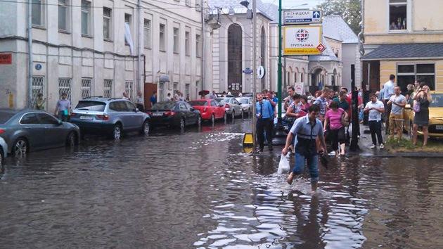 FOTOS: Lluvia torrencial azota Moscú