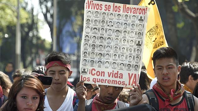 """Familiares de los 43 estudiantes: """"Nos dijeron que encontraron 6 bolsas con cenizas"""""""