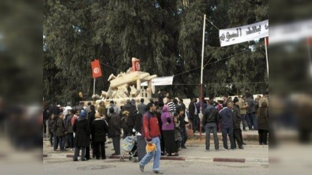 Túnez inaugura un monumento al vendedor ambulante que inspiró la 'primavera árabe'