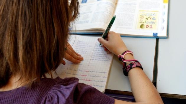 """Denuncian a profesor español por machista: """"Las mujeres deben estar en casa fregando"""""""