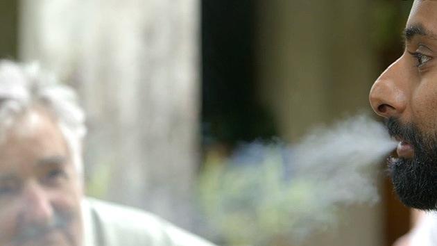 Video: Un periodista se fuma un porro de marihuana en una entrevista con Mujica