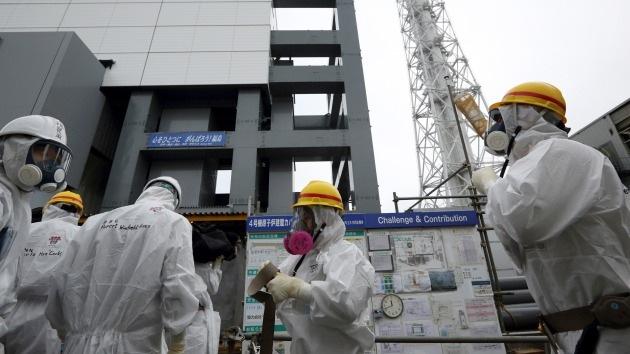 Cinta adhesiva y alambres contra las fugas de agua radiactiva en la central de Fukushima