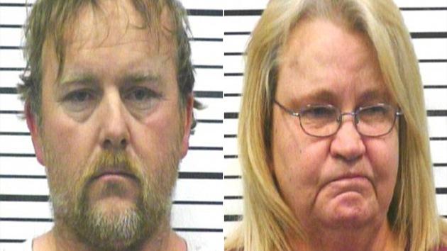 EE.UU.: prisión para la pareja que asesinó a su hija obligándola a beber refrescos