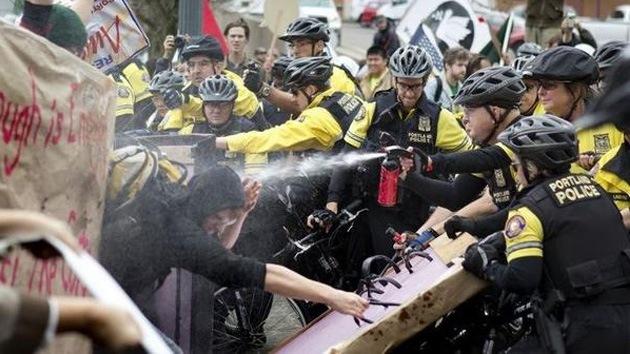 Video: Manifestantes de Ocupa Portland, rociados con gas pimienta