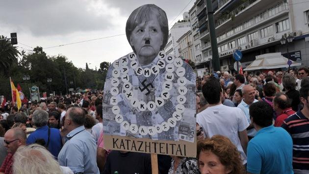 Ataque cafetero: manifestantes griegos 'atacan' con café a un diplomático alemán
