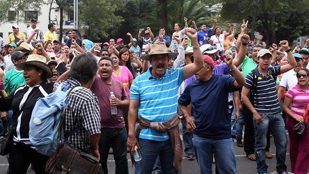 Fotos: Profesores mexicanos se oponen a la reforma educativa frente a varias embajadas