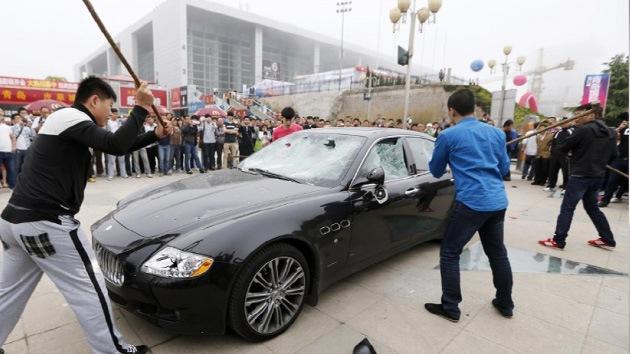 Video: Chino destroza su Maserati en protesta por un mal servicio