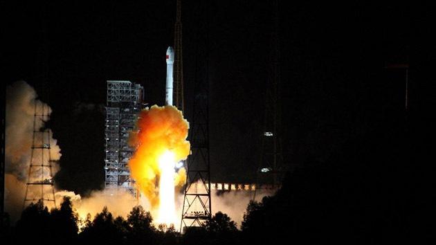 China lanza una sonda lunar de ida y vuelta
