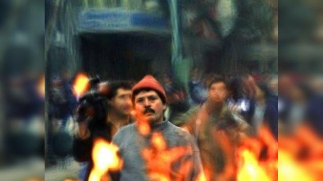Queman barricadas y atacan una oficina estatal en Santiago de Chile