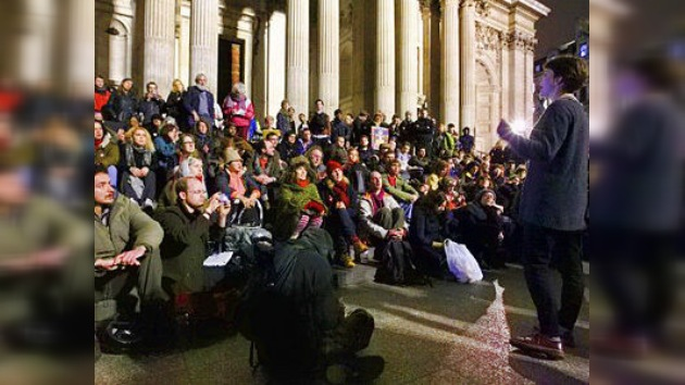Los 'indignados' de Londres ocupan una nueva plaza