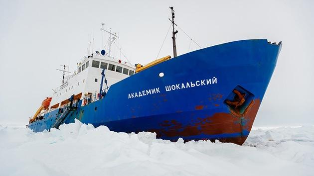 Rehenes del hielo: 74 personas esperan ser rescatadas en medio del Antártico