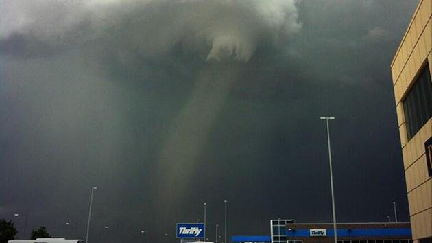 Fotos: Un tornado se aproxima al aeropuerto internacional de Denver