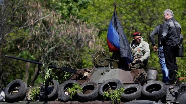 Video: Queman un vehículo blindado en el centro de Mariupol