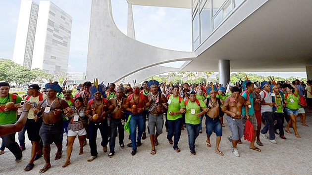 Fotos: Indígenas protestan en Brasil contra las nuevas normas de demarcación de las tierras