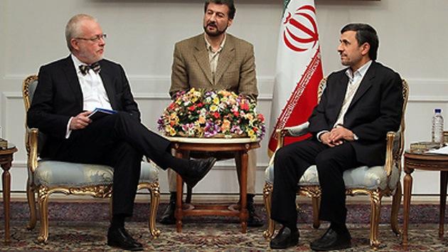 'Metida de pata': Embajador sueco realiza un gesto insultante al lado de Ahmadineyad