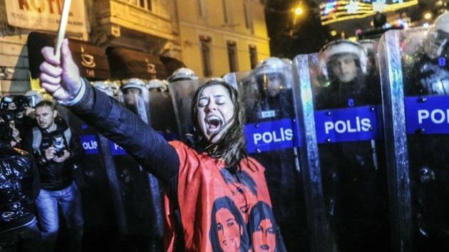 Fotos, video: Activistas se enfrentan con la Policía turca durante el Día de la Mujer