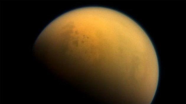 Detectan olas líquidas en el mar de una luna de Saturno
