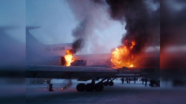 Un avión se incendió en el aeropuerto de Surgut
